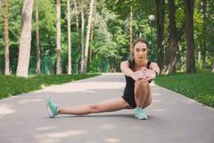 Donna di forma fisica ad allungare formazione all'aperto Fotografia Stock Libera da Diritti