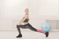 Donna di forma fisica ad allungare formazione all'interno Fotografie Stock Libere da Diritti