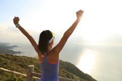 Donna di forma fisica a braccia aperte alla spiaggia di alba Immagine Stock Libera da Diritti