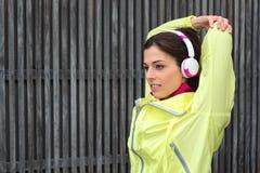 Donna di forma fisica che allunga allenamento del tricipite Immagine Stock