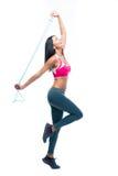 Donna di forma fisica che allunga con il salto della corda Fotografie Stock Libere da Diritti