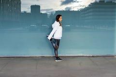 Donna di forma fisica che allunga e che si esercita nella città Immagine Stock Libera da Diritti