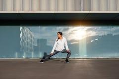 Donna di forma fisica che allunga e che si esercita nella città Fotografia Stock Libera da Diritti