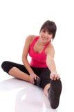 Donna di forma fisica che allunga la sua gamba per riscaldare Immagini Stock