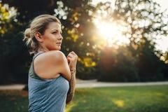 Donna di forma fisica che allunga nel parco Fotografia Stock