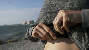 Donna di forma fisica che attacca cardiofrequenzimetro alla cinghia molle sul suo petto archivi video