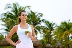 Donna di forma fisica che beve il frullato sano di verde della disintossicazione Fotografia Stock Libera da Diritti