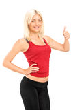 Donna di forma fisica che dà pollice in su Immagine Stock