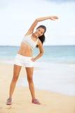 Donna di forma fisica che esercita addestramento sulla spiaggia Immagini Stock Libere da Diritti