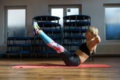 Donna di forma fisica che fa allenamento dell'ABS Immagine Stock Libera da Diritti