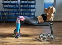 Donna di forma fisica che fa allenamento dell'ABS Immagini Stock