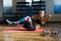 Donna di forma fisica che fa allenamento dell'ABS Fotografia Stock