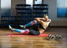 Donna di forma fisica che fa allenamento dell'ABS Fotografia Stock Libera da Diritti