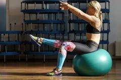 Donna di forma fisica che fa allenamento dell'ABS con una palla Fotografia Stock Libera da Diritti