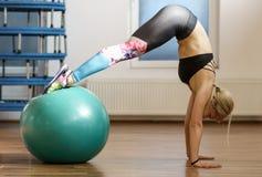 Donna di forma fisica che fa allenamento dell'ABS con una palla Fotografie Stock