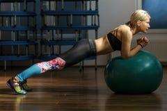 Donna di forma fisica che fa allenamento dell'ABS con una palla Fotografie Stock Libere da Diritti