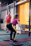 Donna di forma fisica che fa allenamento in una palestra Fotografia Stock Libera da Diritti