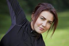 Donna di forma fisica che fa allungamento Immagini Stock