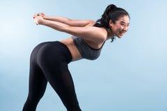 Donna di forma fisica che fa allungando allenamento Fotografia Stock Libera da Diritti