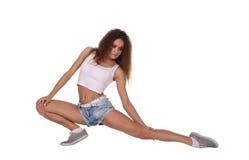 Donna di forma fisica che fa allungando esercitazione Fotografie Stock Libere da Diritti