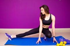 Donna di forma fisica che fa allungando esercitazione Fotografia Stock Libera da Diritti