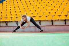 Donna di forma fisica che fa allungando le esercitazioni Fotografie Stock Libere da Diritti