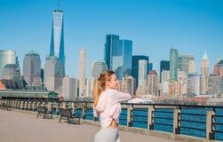 Donna di forma fisica che fa esercizio di allungamento che allunga le sue armi prima della formazione Fotografia Stock Libera da Diritti
