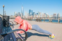 Donna di forma fisica che fa esercizio di allungamento che allunga prima della formazione Immagini Stock