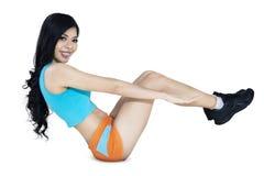 Donna di forma fisica che fa esercizio del centro Fotografia Stock Libera da Diritti