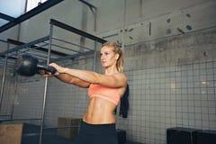 Donna di forma fisica che fa esercizio del crossfit Immagini Stock Libere da Diritti