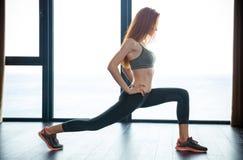 Donna di forma fisica che fa gli esercizi di riscaldamento Immagine Stock Libera da Diritti