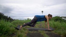 Donna di forma fisica che fa gli esercizi dinamici della plancia archivi video