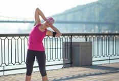 Donna di forma fisica che fa gli esercizi durante l'allenamento all'aperto di addestramento Fotografia Stock Libera da Diritti