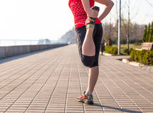 Donna di forma fisica che fa gli esercizi durante l'allenamento all'aperto di addestramento trasversale Immagine Stock Libera da Diritti