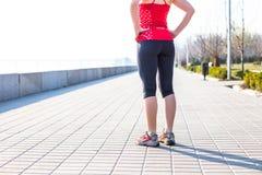 Donna di forma fisica che fa gli esercizi durante l'allenamento all'aperto di addestramento trasversale Fotografia Stock Libera da Diritti