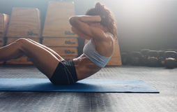 Donna di forma fisica che fa gli scricchiolii dell'ABS Fotografia Stock