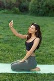 Donna di forma fisica che fa selfie all'aperto Fotografia Stock