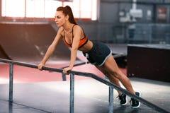 Donna di forma fisica che fa spinta-UPS, allenamento di addestramento trasversale Addestramento sportivo della ragazza Immagini Stock Libere da Diritti