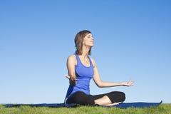Donna di forma fisica che fa yoga immagini stock