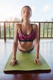 Donna di forma fisica che fa yoga di posa della cobra Fotografia Stock Libera da Diritti