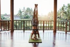 Donna di forma fisica che fa yoga di Sirsasana Fotografia Stock Libera da Diritti
