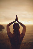 Donna di forma fisica che fa yoga durante il tramonto Immagini Stock Libere da Diritti