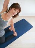 Donna di forma fisica che fa yoga - posa di Ustrasana Fotografie Stock