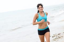 Donna di forma fisica che funziona sulla spiaggia Fotografia Stock Libera da Diritti