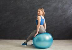 Donna di forma fisica che ha resto che si siede sulla palla di forma fisica Fotografia Stock Libera da Diritti