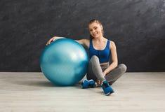 Donna di forma fisica che ha resto vicino alla palla di forma fisica Immagini Stock Libere da Diritti