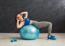 Donna di forma fisica che lavora all'ABS con la palla di forma fisica Fotografia Stock
