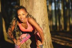 Donna di forma fisica che prende un resto all'aperto di allenamento Fotografia Stock