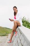 Donna di forma fisica che prende un resto di allenamento all'aperto Immagine Stock