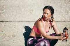 Donna di forma fisica che prende una rottura dopo l'allenamento sano Fotografia Stock
